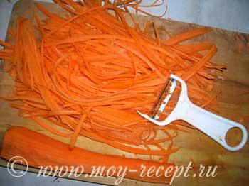 Фото. Корейские салаты. Морковь по корейски. Режем морковку специальным ножом.
