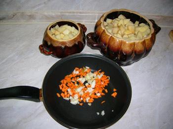 Фото. Горшочки. Тушеный картофель с куриными грудками. Лук и морковку мелко режем.