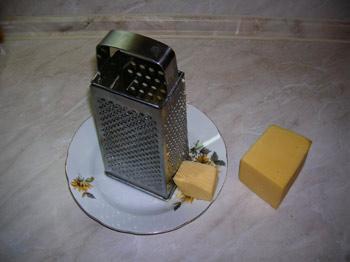 Фото. Горшочки. Тушеный картофель с куриными грудками. Посыпаем тертым сыром.
