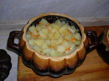 Фото. Горшочки. Тушеный картофель с куриными грудками. Горшочки почти готовы.