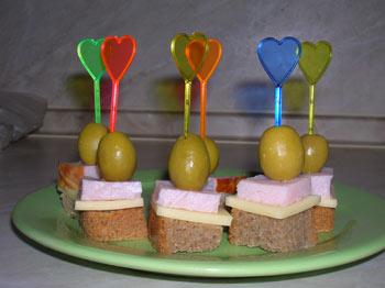 Фото. Канапе фото. Канапе с оливками, канапе с сыром и ветчиной.